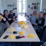 fabrication des pompons pour l'expo Ponti au Jardin des Plantes
